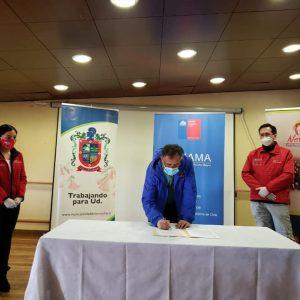 Municipalidad de Loncoche firma convenio para ampliar apoyo a adultos mayores en medio de la pandemia.
