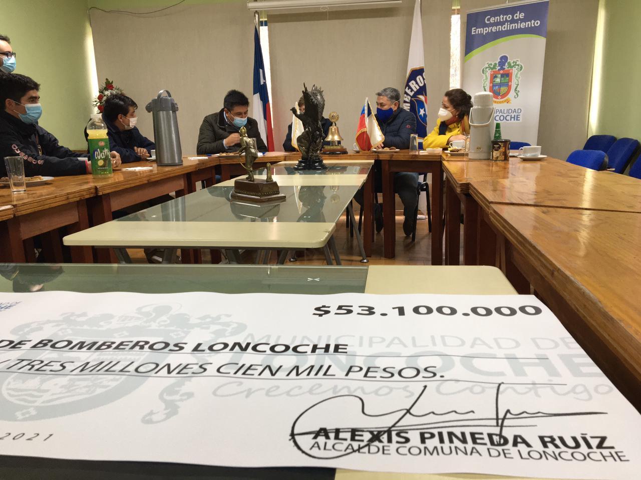 CUERPO DE BOMBEROS DE LONCOCHE RECIBE SUBVENCIÓN MUNICIPAL DE MANOS DEL ALCALDE ALEXIS PINEDA.